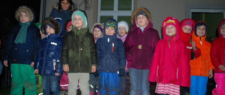 Kinder der großen Gruppe singen